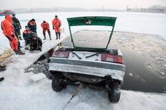 Αφαίρεση του αυτοκινήτου από την πάγος-τρύπα Στοκ φωτογραφία με δικαίωμα ελεύθερης χρήσης