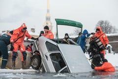 Αφαίρεση του αυτοκινήτου από την πάγος-τρύπα Στοκ Εικόνες
