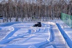 Αφαίρεση του χιονιού από την πίσσα Στοκ Φωτογραφίες