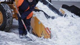 Αφαίρεση του χιονιού με το άροτρο Κλείστε επάνω του σιδήρου snowplow ωθώντας πολύ χιόνι μακριά απόθεμα βίντεο