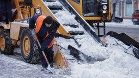 Αφαίρεση του χιονιού με το άροτρο Κλείστε επάνω του σιδήρου snowplow ωθώντας πολύ χιόνι μακριά φιλμ μικρού μήκους