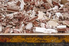 Αφαίρεση των συντριμμιών Απόβλητα κατασκευής Κατεδάφιση οικοδόμησης deva στοκ εικόνα