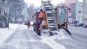 Αφαίρεση χιονιού στην πόλη μετά από βαριές χιονοπτώσεις Πολύς ειδικός εξοπλισμός για την αφαίρεση χιονιού φιλμ μικρού μήκους