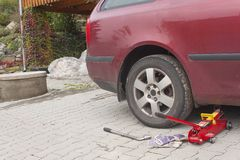 Αφαιρέστε, εγκαταστήστε, αντικαταστήστε το καρύδι ροδών ροδών για την υπηρεσία αυτοκινήτων & οχημάτων concep στοκ φωτογραφία με δικαίωμα ελεύθερης χρήσης