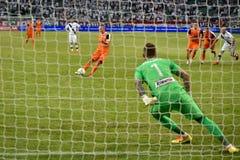 αφαιρέστε το ποδόσφαιρο ποινικής ρήτρας λακτίσματος ποδοσφαίρου ανασκοπήσεων Στοκ εικόνες με δικαίωμα ελεύθερης χρήσης
