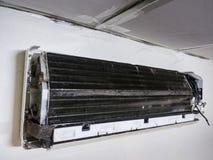 Αφαιρούμενη κάλυψη του κλιματιστικού μηχανήματος και του βρώμικου ανεμιστήρα κλουβιών σκιούρων, ho στοκ φωτογραφίες