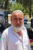 Αφγανικό άτομο που στέκεται και που θέτει στην αγορά αγροτών Στοκ εικόνες με δικαίωμα ελεύθερης χρήσης