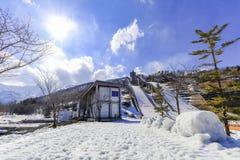 Αφετηρίες περιοχής ή σκι άλματος σκι ενάντια με το χιόνι στο υποστήριγμα Στοκ εικόνες με δικαίωμα ελεύθερης χρήσης