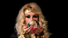 Αφηγητής τύχης γυναικών με το πορτρέτο σφαιρών κρυστάλλου απόθεμα βίντεο