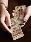 Αφηγητής τύχης που παρουσιάζει εκλεκτής ποιότητας κάρτες tarot Στοκ φωτογραφία με δικαίωμα ελεύθερης χρήσης