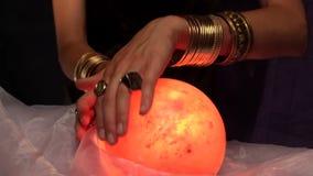Αφηγητής τύχης που χρησιμοποιεί τη σφαίρα κρυστάλλου απόθεμα βίντεο