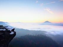 Αφηρημένα ζωηρόχρωμα βουνά και ζωηρόχρωμος ουρανός κατά τη διάρκεια της ανατολής και του ηλιοβασιλέματος Στοκ εικόνα με δικαίωμα ελεύθερης χρήσης