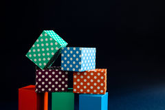 Αφηρημένα ζωηρόχρωμα γεωμετρικά κιβώτια κύβων σχεδίων σημείων Πόλκα υποβάθρου ζωηρά Ιώδης πράσινη ορθογώνια σύνθεση φραγμών Στοκ Φωτογραφίες