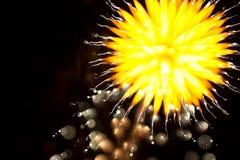 Αφηρημένα πυροτεχνήματα στο νυχτερινό ουρανό Στοκ Εικόνες
