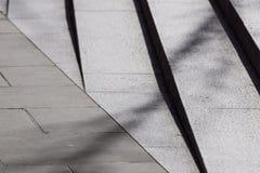 Αφηρημένα σκαλοπάτια, αφηρημένα βήματα, σκαλοπάτια στην πόλη, σκαλοπάτια γρανίτη, ευρύ κλιμακοστάσιο πετρών που βλέπει συχνά στα  Στοκ Εικόνες