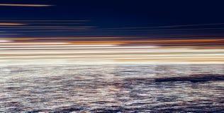 Αφηρημένα φω'τα στο σκοτάδι που απεικονίζεται στο νερό Στοκ Φωτογραφία