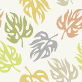 Αφηρημένα φύλλα σε μια άνευ ραφής ταπετσαρία σχεδίων Στοκ εικόνα με δικαίωμα ελεύθερης χρήσης