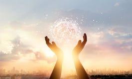 Αφηρημένα χέρια παλαμών σχετικά με τον εγκέφαλο με τη σύνδεση δικτύων στοκ φωτογραφίες με δικαίωμα ελεύθερης χρήσης