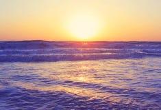 Αφηρημένα ωκεάνια seascape κύματα που εξισώνουν το εκλεκτής ποιότητας φίλτρο ανατολής ηλιοβασιλέματος Στοκ Εικόνες