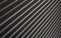 Αφηρημένες άσπρες και μαύρες ακτίνες στον τοίχο Διαγώνια ακτίνα λωρίδων Στοκ εικόνα με δικαίωμα ελεύθερης χρήσης