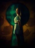 Αφηρημένες ανασκοπήσεις φαντασίας με το μαγικό βιβλίο όμορφη τοποθέτηση κοριτσ&io Στοκ Εικόνες