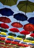 Αφηρημένες ζωηρόχρωμες κρεμώντας ομπρέλες Στοκ φωτογραφία με δικαίωμα ελεύθερης χρήσης