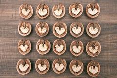 Αφηρημένες καρδιές στα ξύλα καρυδιάς στο ξύλινο υπόβαθρο Στοκ Εικόνα