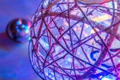 Αφηρημένες χριστουγεννιάτικο δέντρο και σφαίρα που διακοσμούνται με τα φωτεινά φω'τα Στοκ εικόνες με δικαίωμα ελεύθερης χρήσης