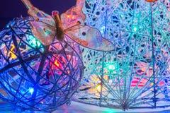 Αφηρημένες χριστουγεννιάτικο δέντρο και σφαίρα που διακοσμούνται με τα φωτεινά φω'τα Στοκ φωτογραφία με δικαίωμα ελεύθερης χρήσης