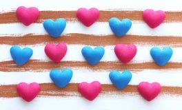Αφηρημένες hand-drawn υπόβαθρο και καρδιές λωρίδων Στοκ εικόνα με δικαίωμα ελεύθερης χρήσης