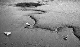 Αφηρημένη άποψη της βαθιάς λάσπης που βλέπει στην πλευρά μιας παλιρροιακής εκβολής, που βλέπει με τα εγκαταλειμμένα αντικείμενα Στοκ φωτογραφία με δικαίωμα ελεύθερης χρήσης