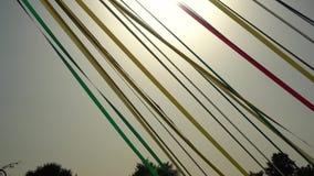 Αφηρημένη άποψη των ζωηρόχρωμων ζωνών υφασμάτων σε ένα πάρκο στον αέρα απόθεμα βίντεο