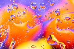 αφηρημένη ανασκόπηση ζωηρόχρωμη Χρώματα ουράνιων τόξων πτώσεων νερού στο γυαλί Καταπληκτικές αφηρημένες πτώσεις νερού στη σύσταση Στοκ Φωτογραφία