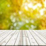 αφηρημένη ανασκόπηση Ξύλινη επιτραπέζια κορυφή στο θολωμένο φως του ήλιου Στοκ Εικόνες