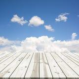 αφηρημένη ανασκόπηση Ξύλινη επιτραπέζια κορυφή στο μπλε ουρανό Στοκ Φωτογραφίες