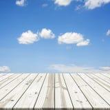 αφηρημένη ανασκόπηση Ξύλινη επιτραπέζια κορυφή στο μπλε ουρανό Στοκ φωτογραφίες με δικαίωμα ελεύθερης χρήσης