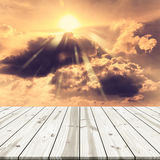 αφηρημένη ανασκόπηση Ξύλινη επιτραπέζια κορυφή στο χρυσό ουρανό Στοκ εικόνα με δικαίωμα ελεύθερης χρήσης