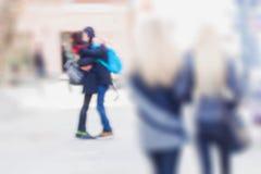 αφηρημένη ανασκόπηση Σκόπιμη θαμπάδα κινήσεων Πρώιμο ελατήριο, φιλώντας ζεύγος στην οδό Για το σύγχρονο σχέδιο, ταπετσαρία Στοκ εικόνες με δικαίωμα ελεύθερης χρήσης