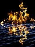 αφηρημένη ανασκόπηση Φλόγες πυρκαγιάς σε μια μαύρη ανασκόπηση Στοκ φωτογραφία με δικαίωμα ελεύθερης χρήσης