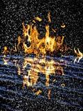 αφηρημένη ανασκόπηση Φλόγες πυρκαγιάς σε μια μαύρη ανασκόπηση Στοκ Φωτογραφία
