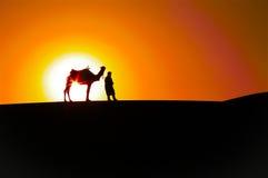 Αφηρημένη ανατολή: Άτομο και καμήλα, σκιαγραφίες ερήμων Στοκ φωτογραφία με δικαίωμα ελεύθερης χρήσης