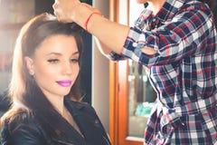 αφηρημένη απεικόνιση μόδας εμβλημάτων hairstyle η γυναίκα με το ραβδί ψαλίδι αιθουσών καρφιτσών τριχώματος στοκ εικόνα