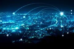 Αφηρημένη γραμμή σύνδεσης ψηφιακών σημάτων κατά τη διάρκεια της μπλε νύχτας σύγχρονο γ στοκ εικόνες