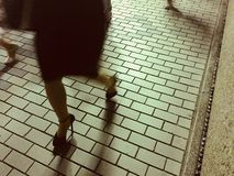 Αφηρημένη εικόνα των γυναικών που περπατούν σε ένα πεζοδρόμιο πετρών στοκ εικόνες με δικαίωμα ελεύθερης χρήσης