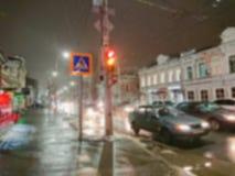 Αφηρημένη εικόνα Defocused Επίδραση Bokeh ανασκόπηση που θολώνεται Εικονική παράσταση πόλης βραδιού στο βροχερό καιρό Αυτοκίνητα  στοκ εικόνα