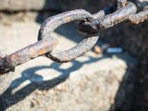 Αφηρημένη εκλεκτική εστίαση που πυροβολείται μιας σκουριασμένης αλυσίδας σιδήρου Στοκ φωτογραφία με δικαίωμα ελεύθερης χρήσης