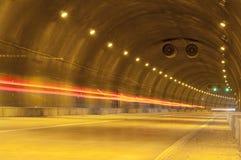 Αφηρημένη κίνηση ταχύτητας στην αστική οδική σήραγγα εθνικών οδών Στοκ Εικόνες