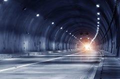 Αφηρημένη κίνηση ταχύτητας στην αστική οδική σήραγγα εθνικών οδών Στοκ εικόνες με δικαίωμα ελεύθερης χρήσης