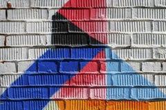 Αφηρημένη λεπτομέρεια του τουβλότοιχος με το τεμάχιο των μπλε, κόκκινων γκράφιτι Αστική κινηματογράφηση σε πρώτο πλάνο τέχνης, γι Στοκ Φωτογραφία