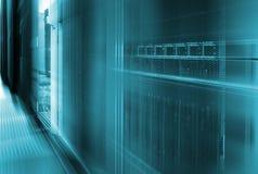 Αφηρημένη μεγάλη αποθήκευση μεγάλων κεντρικών υπολογιστών κέντρων δεδομένων με τη θαμπάδα κινήσεων Στοκ Φωτογραφίες